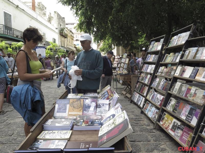 Plaza-de-Armas-visitantes-Habana-Vieja-2