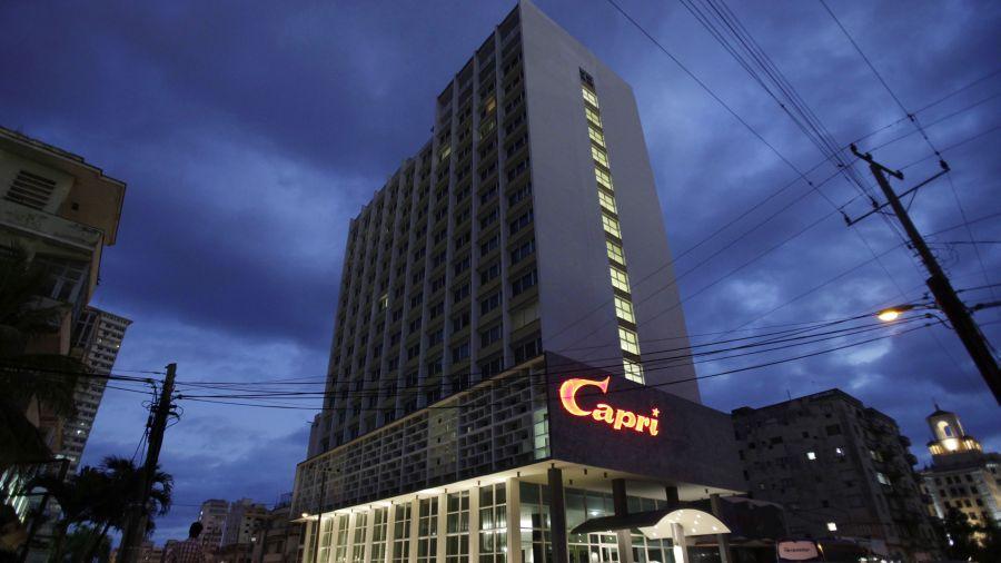 El hotel Capri luce iluminado en la madrugada del viernes 14 de febrero de 2014, en La Habana, Cuba. El hotel reabrió sus puertas decidido a explotar su fama como sitio predilecto de los mafiosos en la Cuba prerrevolucionaria para atraer los dólares de los turistas en el presente socialista de la isla. (Foto AP/Franklin Reyes)