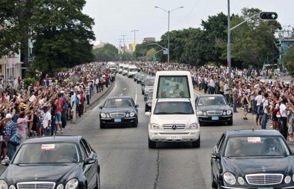 El Sumo Pontífice de la Iglesia Católica, Benedicto XVI, se despide del pueblo cubano durante su recorrido desde la Nunciatura Apostólica hasta el aeropuerto internacional José Martí, en La Habana, Cuba, el 28 de marzo de 2012. AIN FOTO ARCHIVO/Ismael Francisco GONZÁLEZ/Cubadebate/sdl