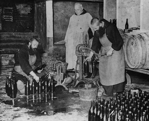 monjes-haciendo-licor
