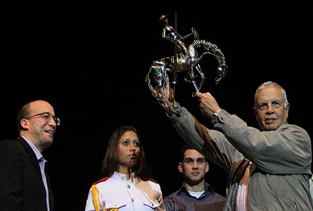 Randy Alonso le entrega a Alfonso Borges, regalo para el Comandante Fidel Castro, Gala por el 15 Aniversario de la Mesa Redonda. Foto: Ismael Francisco/Cubadebate.