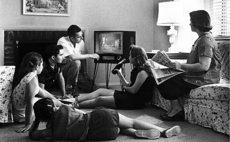 2014-11-27-family_watching_television_1958_800x494