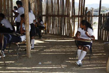 ACAPULCO, GUERRERO, 11MARZO2014.-   Alumnos de la preparatoria popular de la comunidad de Sabanillas, toman clases en un salon inprovisado de palos de madera y piso de tierra debido a que autoridades educativas han abandonado dicho instituto de educación por la carencia de recursos federales, estatales y municipales.Padres de familia a base de coperaciones economicas que sostienen las necesidades basicas. FOTO: BERNANDINO HERNANDEZ /CUARTOSCURO.COM