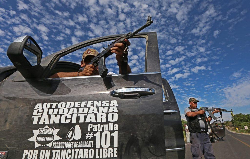 MEX04. NUEVA ITALIA (MÉXICO), 13/01/2014.- Fotografía de este 12 de enero de 2014 donde se ve a integrantes de grupos de autodefensa durante enfrentamientos con grupos armados en la población de Nueva Italia en el estado mexicano de Michoacán. El secretario mexicano de Gobernación, Miguel Ángel Osorio Chong, encabeza una reunión hoy, lunes 13 de enero de 2014, en el estado de Michoacán dirigida a adoptar medidas que permitan hacer frente a la ola de violencia que vive la región. El encuentro se llevará a cabo en Morelia, capital de Michoacán, un día después de que los grupos de autodefensas que han surgido en la región tomaran el control de la localidad de Nueva Italia tras más de dos horas de enfrentamientos con presuntos miembros de Los Caballeros Templarios. EFE/Ulises Ruiz Basurto